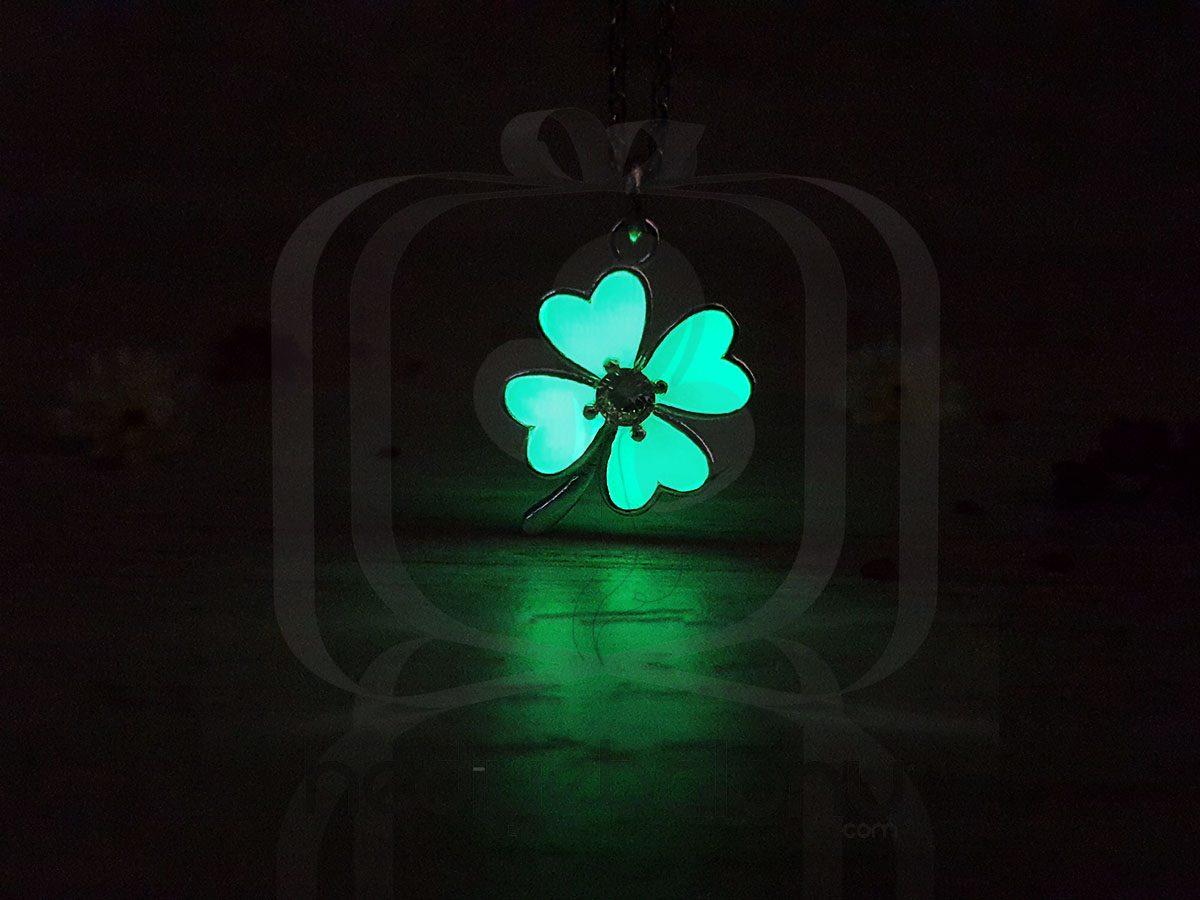 Karanlıkta Parlayan 925 Ayar Gümüş Neon Yonca Kolye